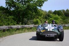 ASTON MARTIN DB 3S 1955 p? en gammal t?vlings- bil samlar in Mille Miglia 2018 det ber?mda italienska historiska loppet 1927-1957 royaltyfria foton