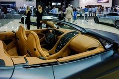 Aston Martin hörn på Dubai den motoriska showen som visar splitterny bilar royaltyfria foton