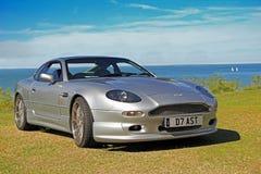 Aston Martin por la costa foto de archivo