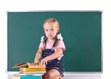 Astonishmented-Mädchen-Lesebuch Lizenzfreie Stockfotos