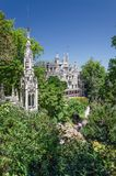 Astonising parkerar den vita slotten i storartad gräsplan Royaltyfri Fotografi