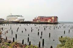Astoria,俄勒冈, 9/16/2018,海游轮的皇家加勒比` s探险家沿边靠了码头罐头工厂码头旅馆&温泉 库存图片