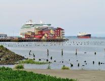 Astoria,俄勒冈, 9/16/2018,海游轮的皇家加勒比` s探险家沿边靠了码头罐头工厂码头旅馆&温泉 库存照片