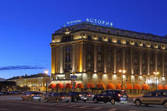 Astoria hotel na St Isaac ` s kwadracie w St Petersburg przy nocą ja Obrazy Stock