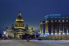 Astoria-Hotel und Kathedrale St. Isaacs nachts im Winter Lizenzfreie Stockbilder