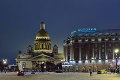 Astoria-Hotel und Kathedrale St. Isaacs nachts im Winter Stockfoto