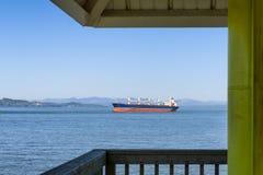 Astoria ` s观察塔构筑一艘通过的船 免版税图库摄影