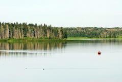 astotin划皮船的湖 免版税库存照片