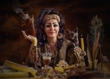 Astrólogo egipcio de sexo femenino con el gato Foto de archivo libre de regalías