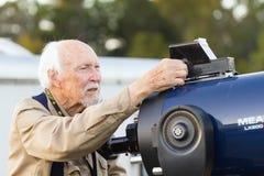 Astrónomo aficionado mayor con el telescopio fotografía de archivo libre de regalías