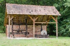 Astra Museum nacional em Sibiu - casa velha da ferramenta com moedor Imagens de Stock Royalty Free