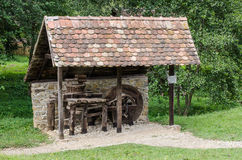Astra Museum nacional em Sibiu - casa velha da ferramenta com moedor Fotografia de Stock Royalty Free
