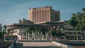 Astrac?, R?ssia - 1? de junho de 2019: Teatro musical Cidad?os no parque no territ?rio do teatro As crian?as fazem correria e jog fotos de stock