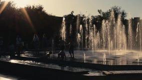 Astrachan', Russia - 1? giugno 2019: Teatro musicale Cittadini nel parco sul territorio del teatro I bambini giocano rumorosament stock footage