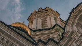 Astrakan Ryssland - Juni 04, 2019: Vit domkyrka för astrakanKremluppstigning i huvudstaden av den Caspian regionen i Ryssland arkivbild
