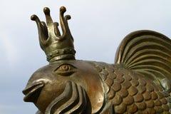 Astrakhan, Rusia - 30 de abril de 2017 Estatua de oro de los pescados de la reina, editorial Foto de archivo