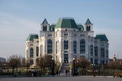 Astrakhan, Rusia 12 de abril de 2018: Nuevo teatro de la ópera de Astrakhan en caminar de Sunny Spring Day With People imagenes de archivo
