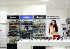 ASTRAKHAN, RUSIA - 1 DE JULIO DE 2014: Tienda de la foto local y de los dispositivos móviles Los dispositivos de Apple y de Samsu Imágenes de archivo libres de regalías
