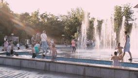 Astrakhan, Rusia - 1 de junio de 2019: Teatro musical Ciudadanos en el parque en el territorio del teatro Fiesta y juego de los n almacen de metraje de vídeo