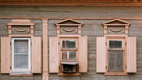 Astrakhan, Rusia, el 24 de mayo de 2016: Casa de madera vieja en el viejo centro de ciudad de la Astrakhan-ciudad imágenes de archivo libres de regalías