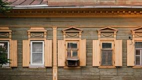 Astrakhan, Rusia, el 24 de mayo de 2016: Ventanas de madera viejas de la casa en el viejo centro de ciudad de la Astrakhan-ciudad Foto de archivo