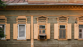 Astrakhan, Russland, am 24. Mai 2016: Alte hölzerne Fenster des Hauses im alten Stadtzentrum der Astrakhan-Stadt Stockfoto