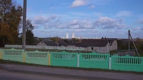 Astravets Central nuclear bielorrusa cerca de casas de vivienda metrajes
