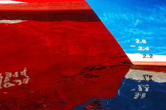 Astrazione con le riflessioni della nave su acqua Immagini Stock
