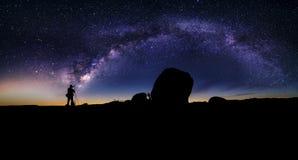 Astro-Fotograf in der Wüste und in der Ansicht der Milchstraße-Galaxie lizenzfreies stockbild