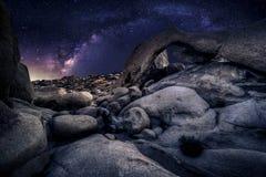 Astro fotograf i öknen och sikten av Vintergatangalaxen Royaltyfria Bilder