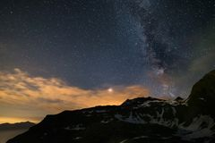 Astro-nächtlicher Himmel, Milchstraßegalaxie spielt über den Alpen, stürmischer Himmel, Mars-Planet über den Wolken hinaus, Strec Stockbilder