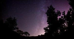 Ночное небо с предпосылкой astro timelapse млечного пути сток-видео