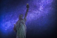 Astrofotografia, gwiaździsty niebo błyszczy przy nocą statua wolności Obrazy Stock