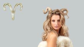 Astrologi och horoskop Aries Zodiac Sign härlig kvinna med horn royaltyfri bild