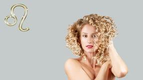 Astrologi och horoskop, Leo Zodiac Sign härlig lockig hårkvinna arkivbild