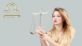 Astrologia i horoskop, Libra zodiaka znak piękne włosy długie kobieta obrazy stock