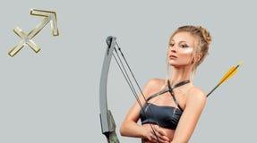Astrologia i horoskop Sagittarius zodiaka znak Piękna kobieta z łękiem i strzała obraz royalty free