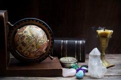 Astrologie antique Vieux globe et livres d'astrologie avec la bougie photos libres de droits