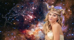 astrologie Aries Zodiac Sign Femme sur le fond de ciel nocturne photos libres de droits