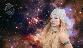 Astrologie en horoscoop, het Teken van de Vissendierenriem Mooie vrouwenvissen op de melkwegachtergrond stock foto's