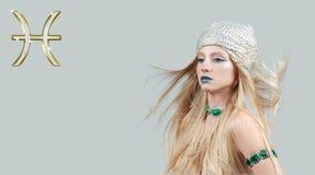 Astrologie et horoscope, signe de zodiaque de Poissons Beau femme avec le long cheveu photos stock