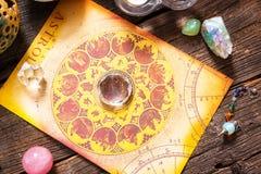 Astrologie mit Kristallen lizenzfreies stockbild