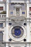 Astrologieuhr auf der Seite Quadrats St. Marco Stockbild