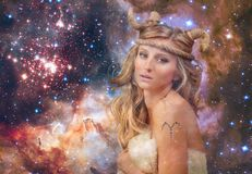astrology Aries Zodiac Sign Mulher no fundo do céu noturno imagens de stock royalty free