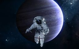 Astronaut auf Hintergrund von Jupiter Fokus ein: Ausschnitts-Pfad Erdevenus-MercuryWith Zukunftsromane stockfoto