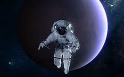 Astronaut auf Hintergrund von Mars Fokus ein: Ausschnitts-Pfad Erdevenus-MercuryWith Zukunftsromane lizenzfreies stockfoto