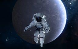 Astronaut auf Hintergrund von Mercury Fokus ein: Ausschnitts-Pfad Erdevenus-MercuryWith Zukunftsromane lizenzfreie stockbilder