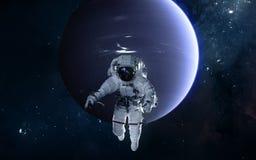 Astronaut auf Hintergrund von Neptun Fokus ein: Ausschnitts-Pfad Erdevenus-MercuryWith Zukunftsromane stockbild