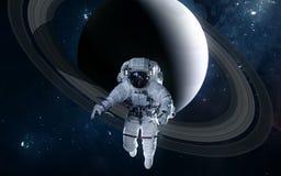 Astronaut auf Hintergrund von Saturn Fokus ein: Ausschnitts-Pfad Erdevenus-MercuryWith Zukunftsromane lizenzfreie stockfotos