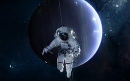 Astronaut auf Hintergrund von Uranus Fokus ein: Ausschnitts-Pfad Erdevenus-MercuryWith Zukunftsromane lizenzfreies stockbild